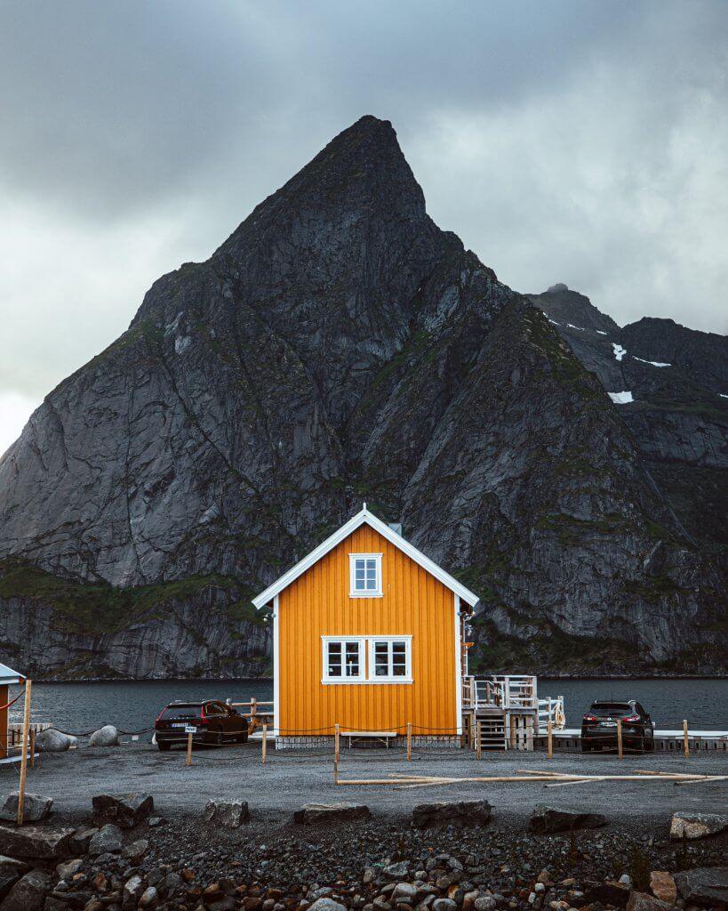 hus foran fjell